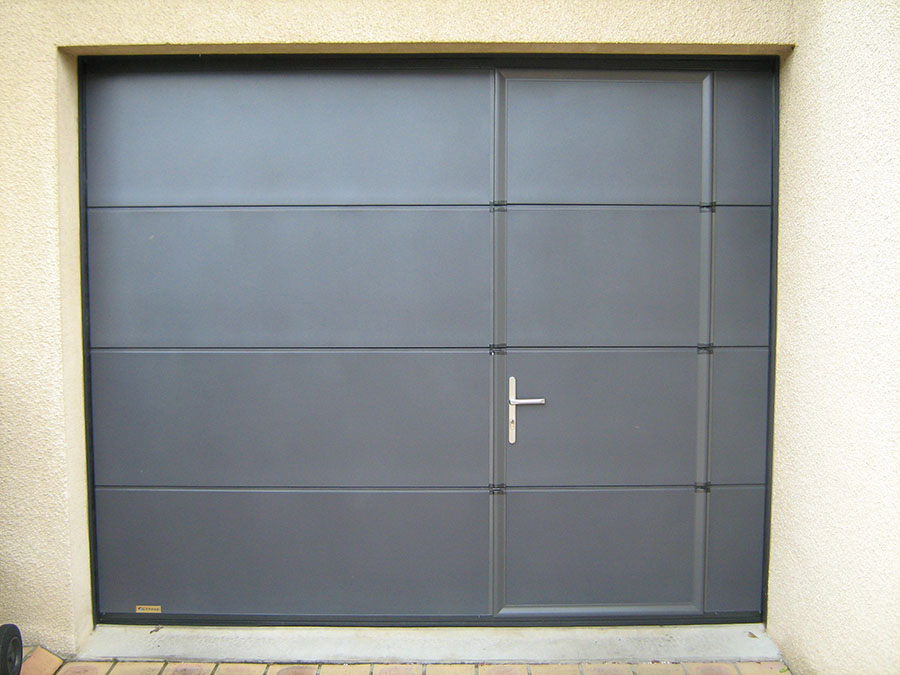 Pose de porte de garage autour de rennes aluminium for Hublot porte garage sectionnelle
