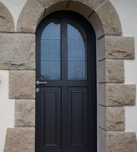 pose de porte d 39 entr e aluminium contemporaine et design sur rennes chantepie cesson sevign. Black Bedroom Furniture Sets. Home Design Ideas